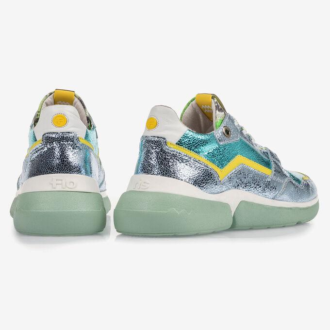 Lichtblauwe leren sneaker met metallicprint