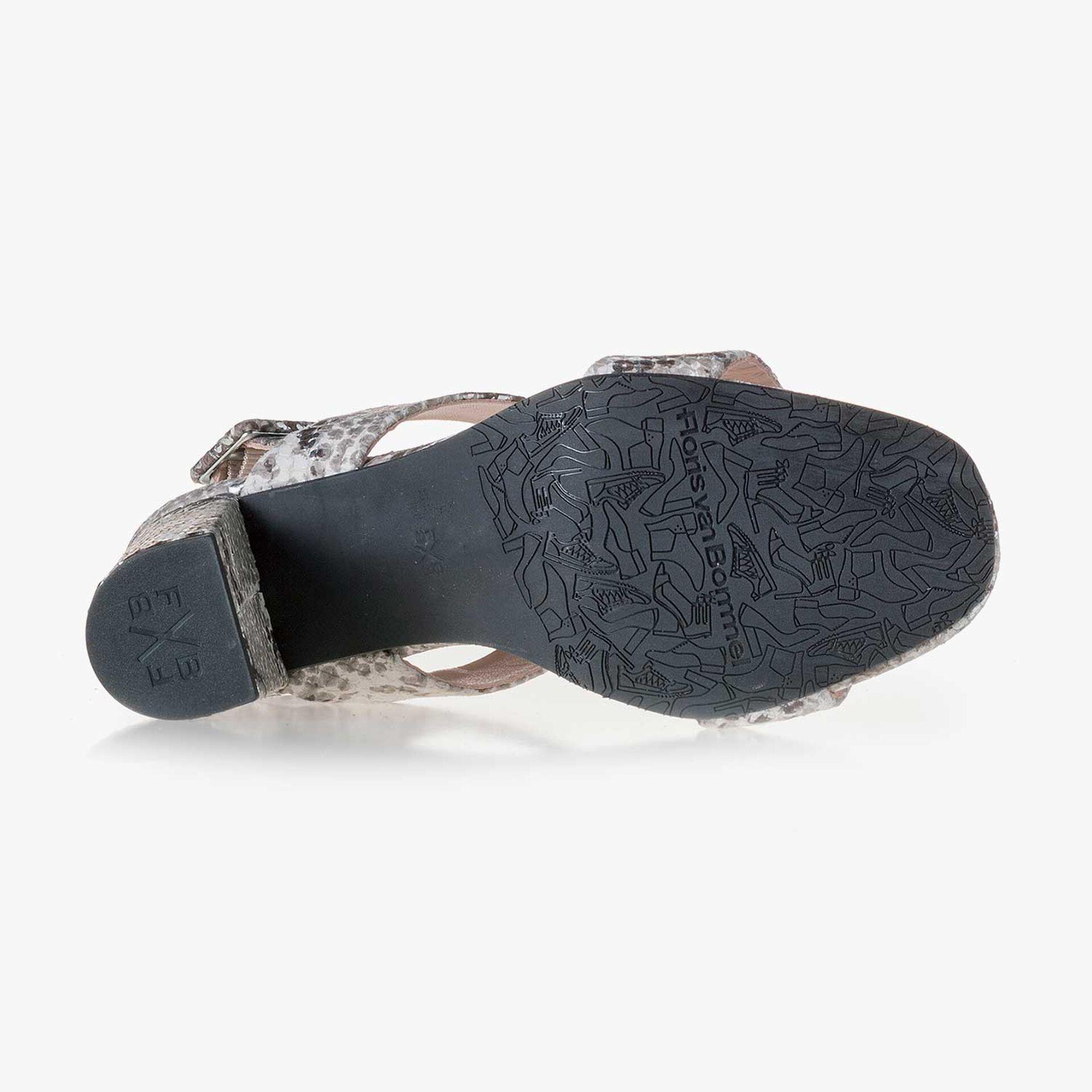 Taupekleurige leren sandaal met snakeprint