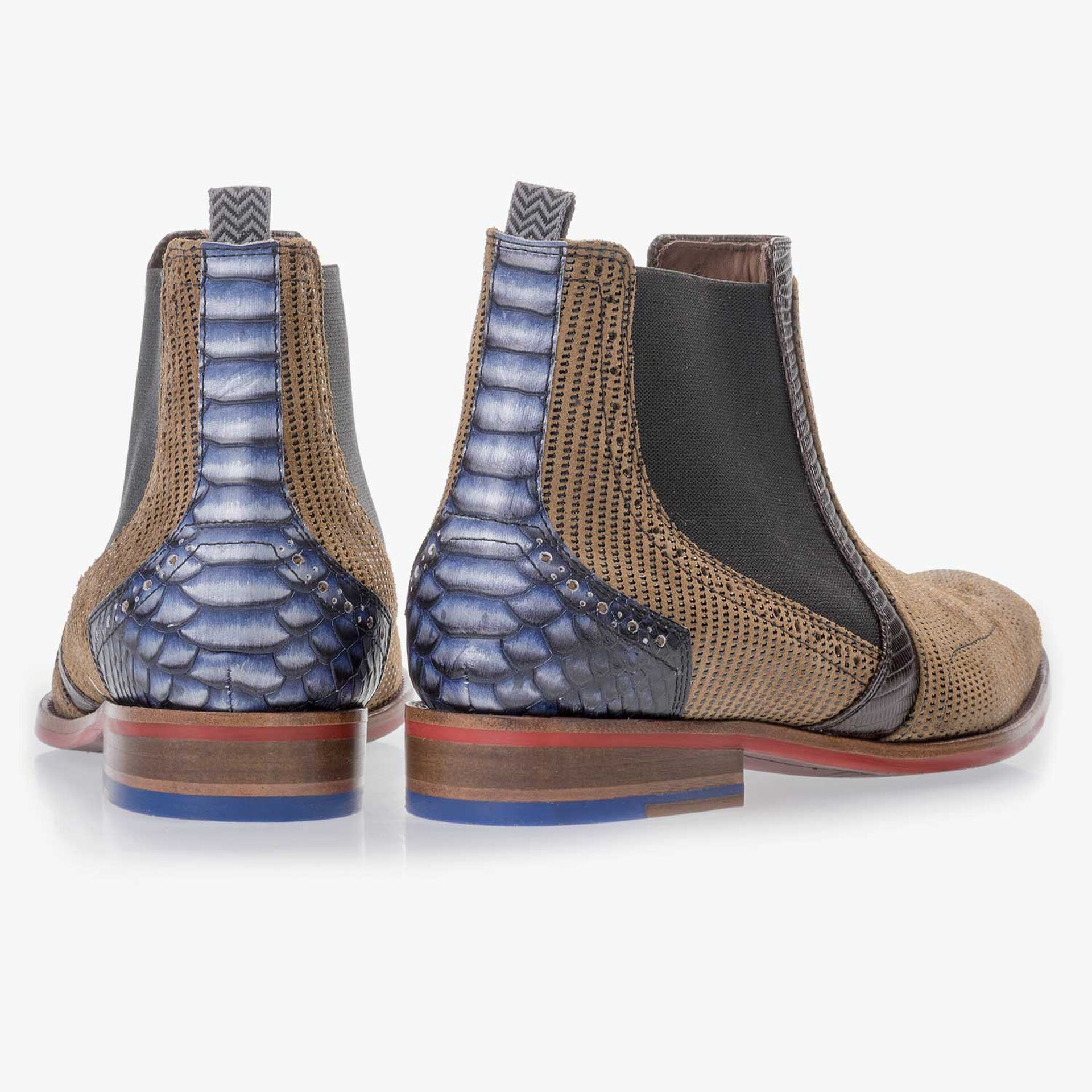 Camel-coloured Chelsea boot made of suede leather