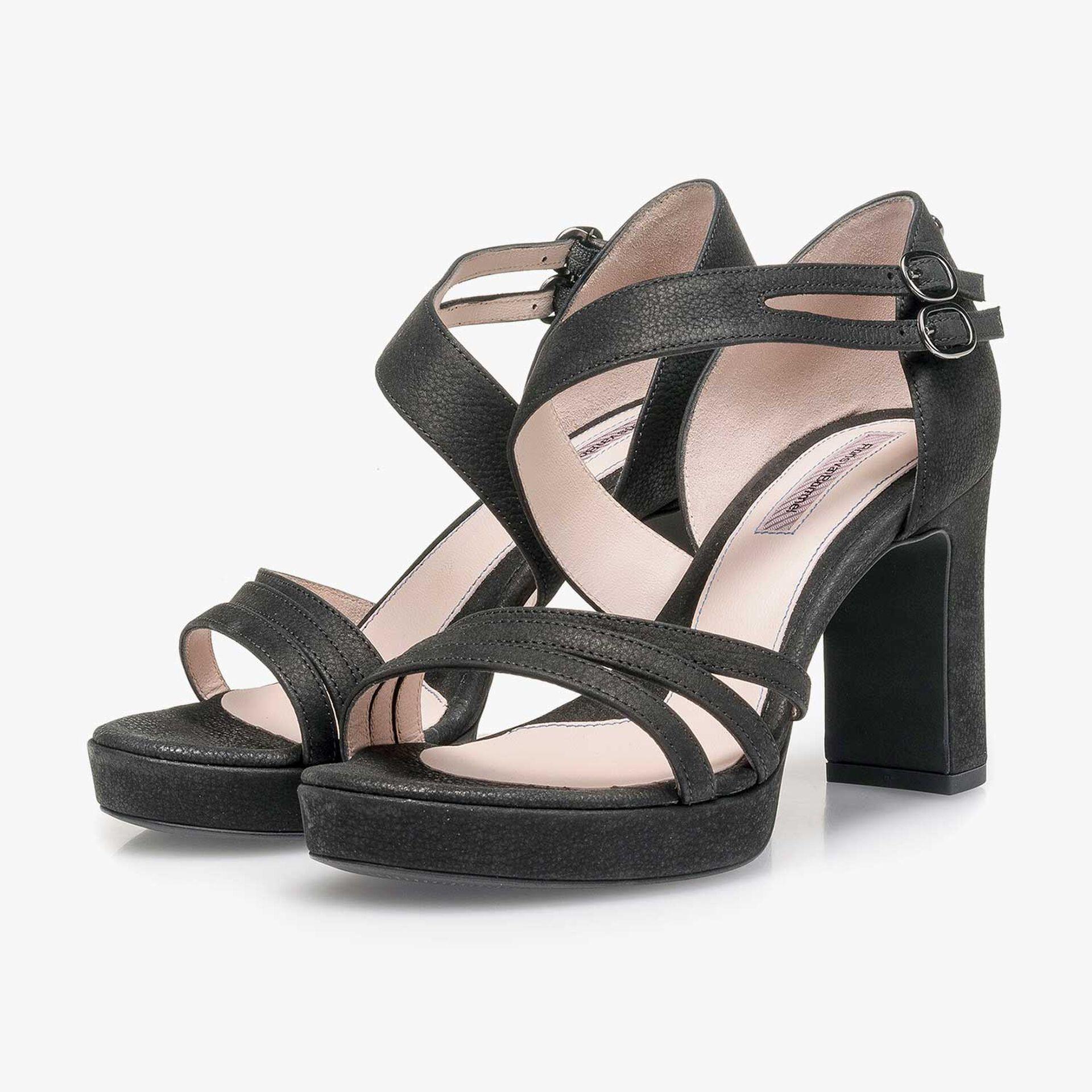 Zwarte nubuckleren sandaal met hak met lichte structuur