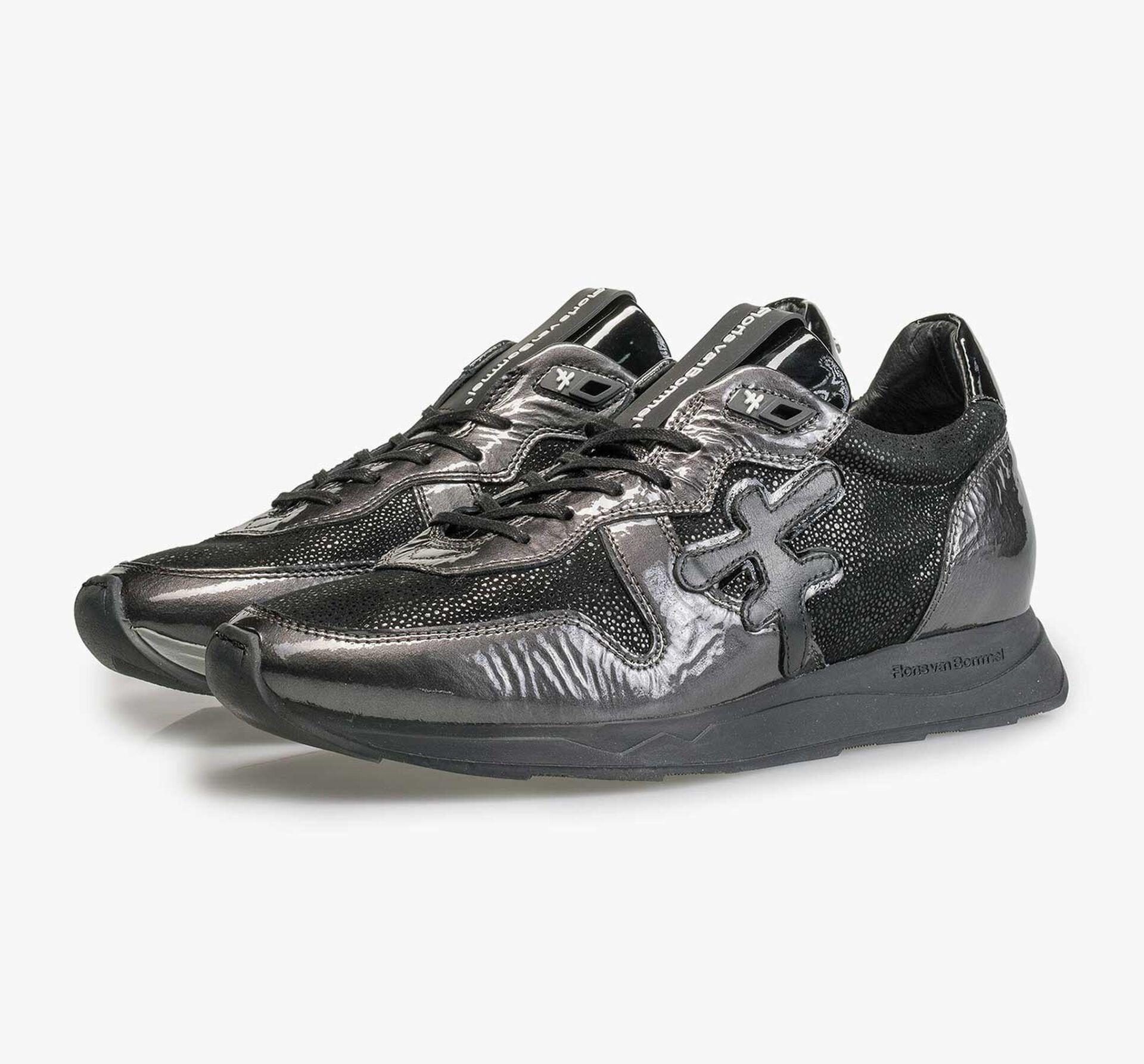 Grijze lakleren sneaker met runnerzool