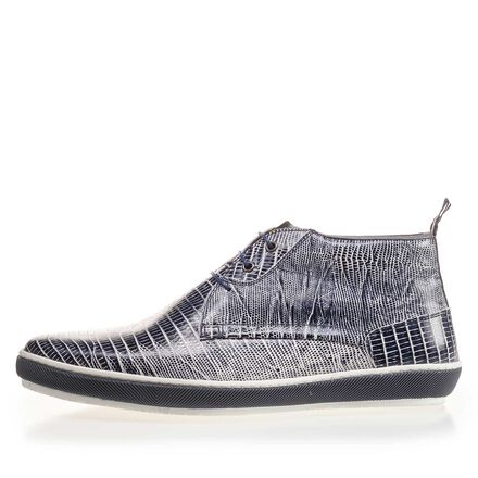 Leather lace-shoe with white sole