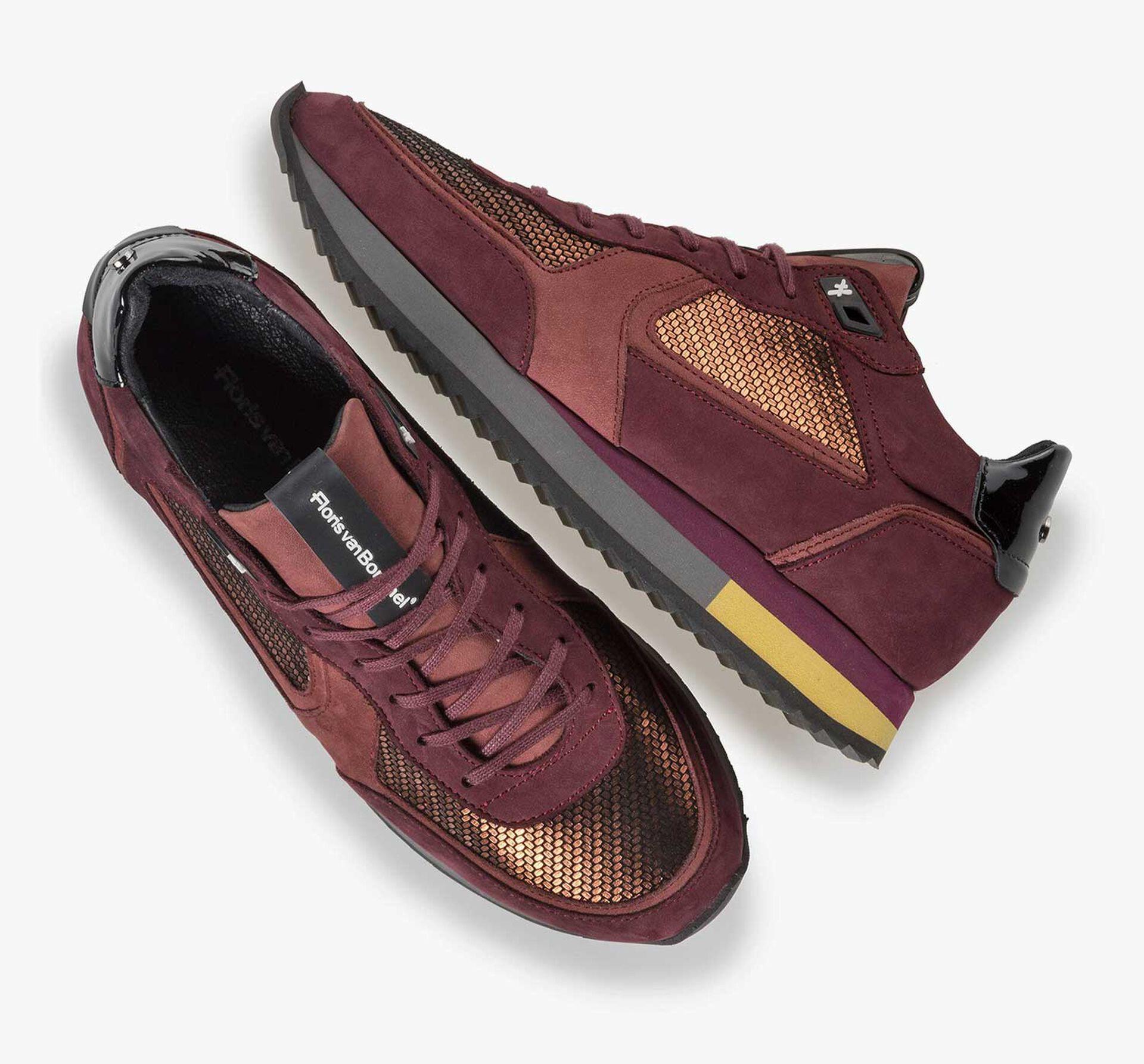 Koperkleurige suède sneaker met metallicprint