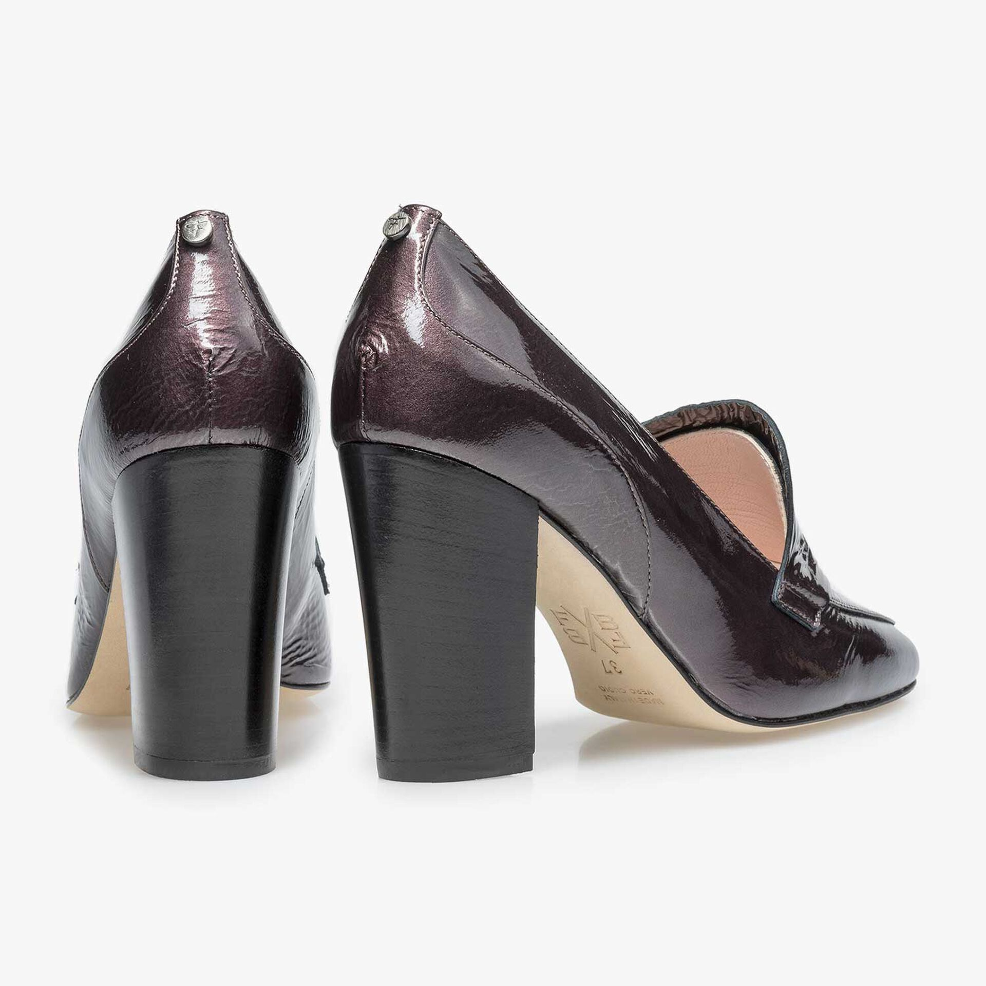 Burgundy red/taupe-coloured patent leather high heel with wrinkle effect