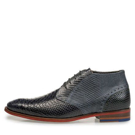 Mid-high leather lace shoe with snake print