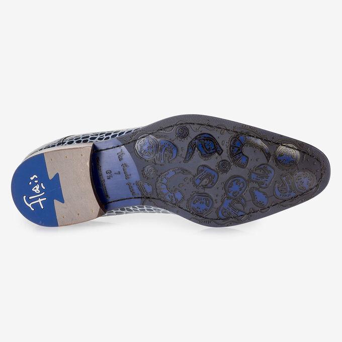 Blauwe veterschoen met crocoprint