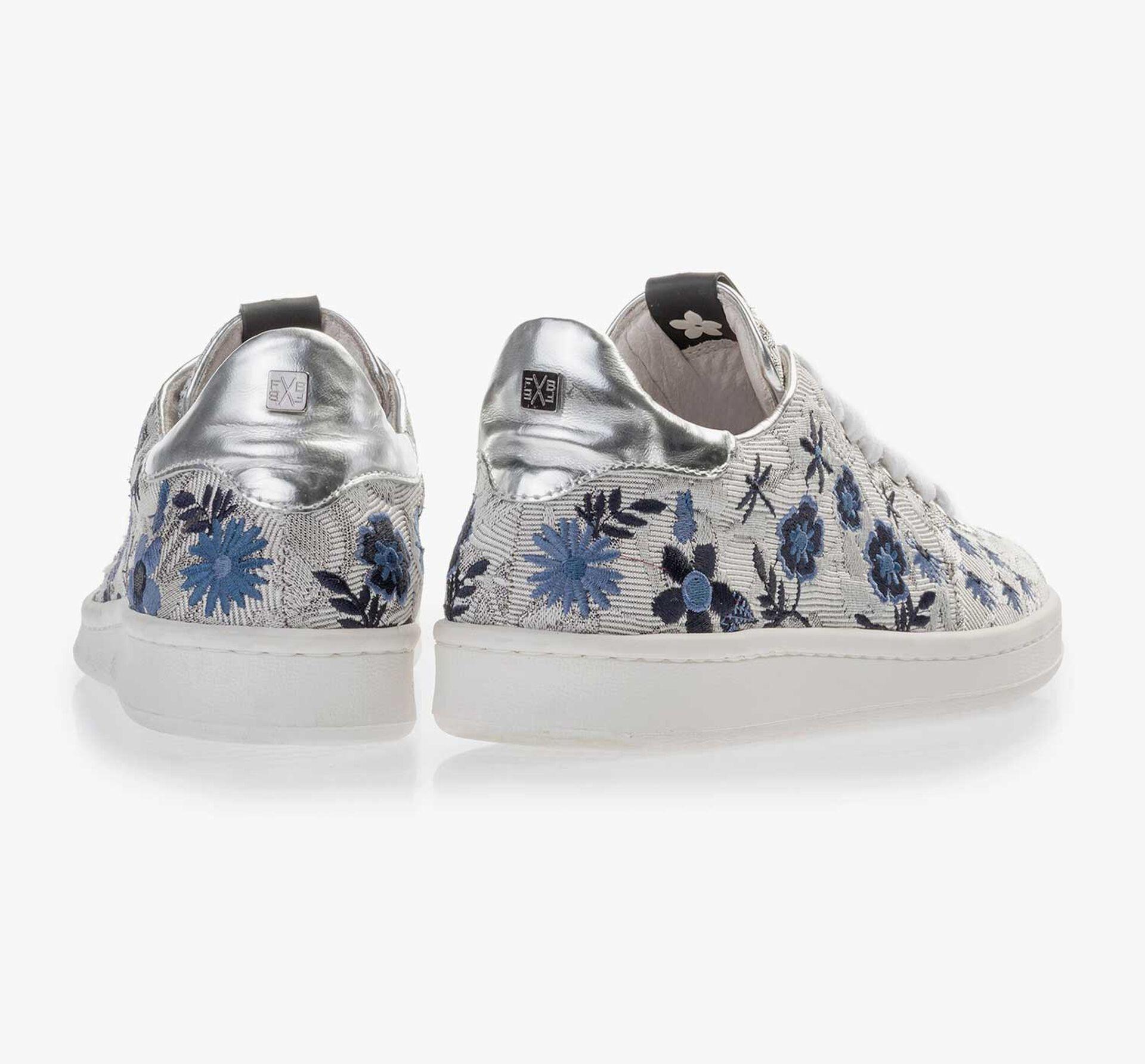 Zilveren sneaker met bloemen borduursel