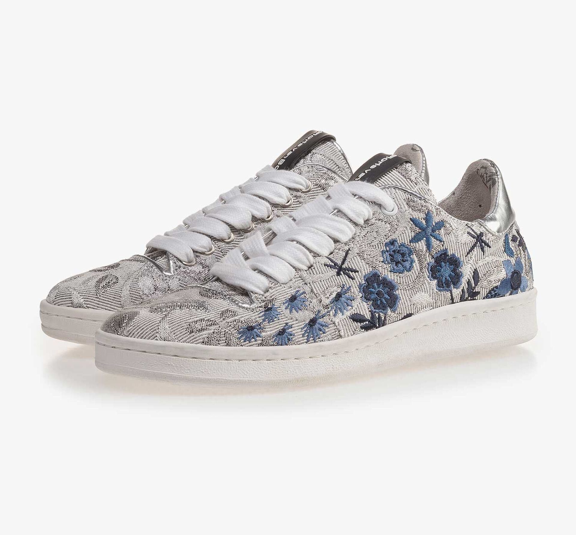 Silver-coloured sneaker with floral embroidery stitching