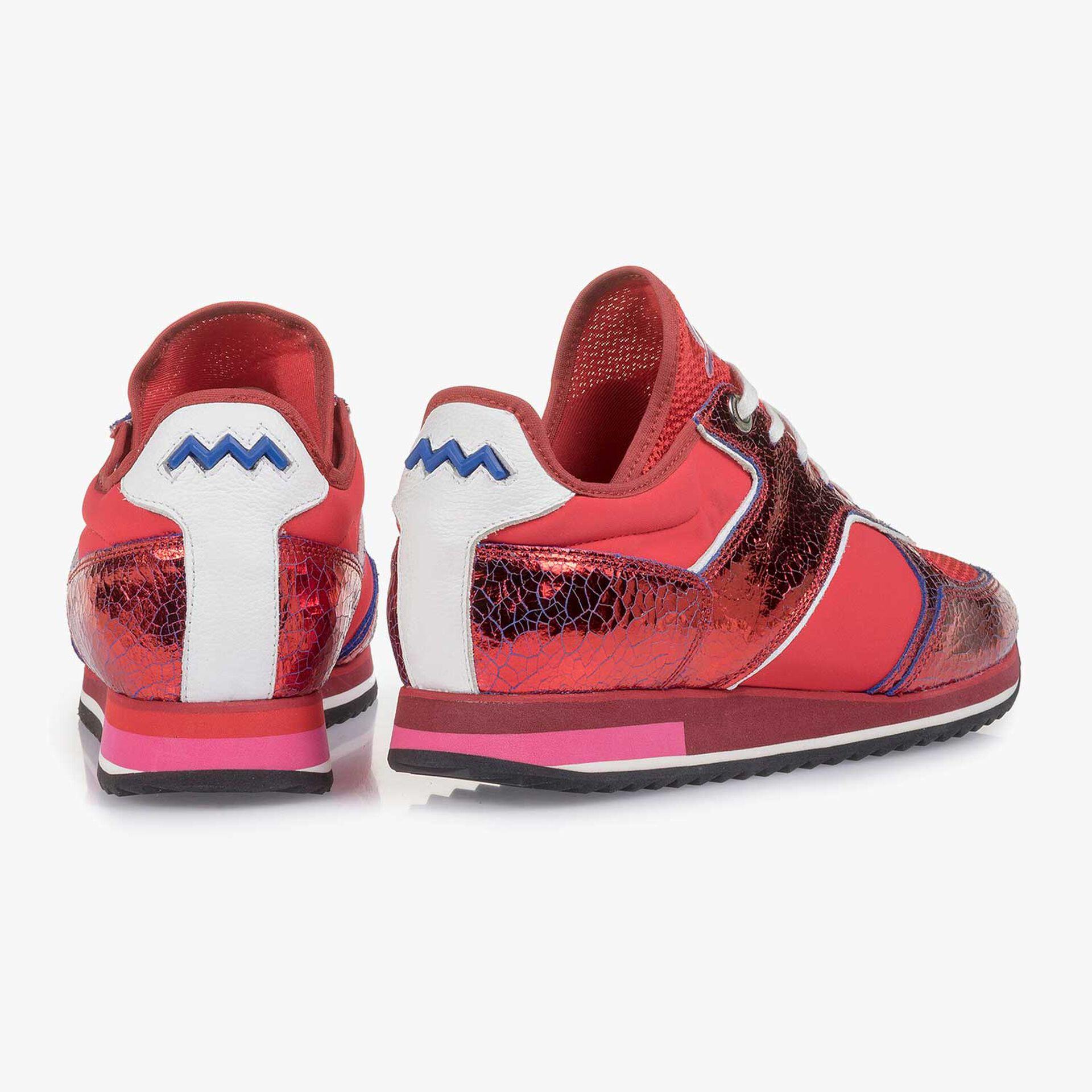Rode metallic leren sneaker met changeant effect