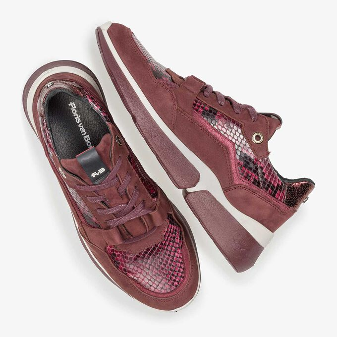 Bordeauxrode suède sneaker met snakeprint