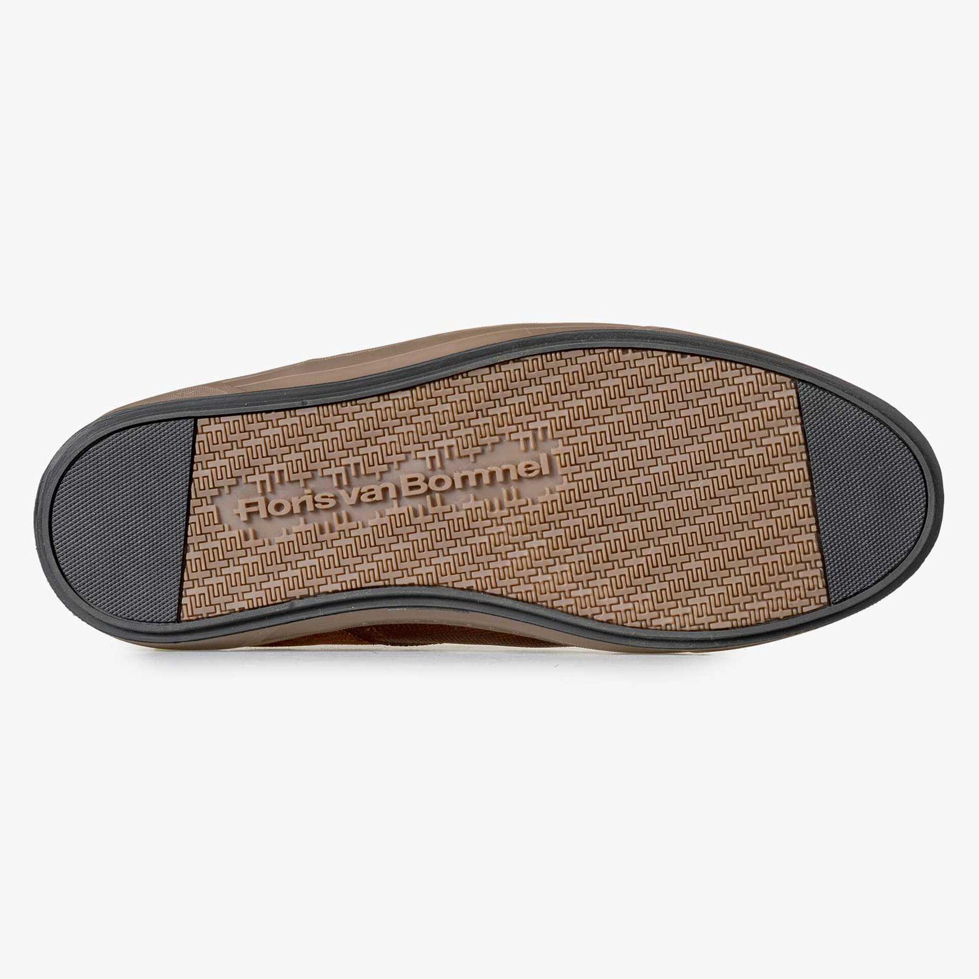 Mid-high, lined cognac-coloured lace shoe