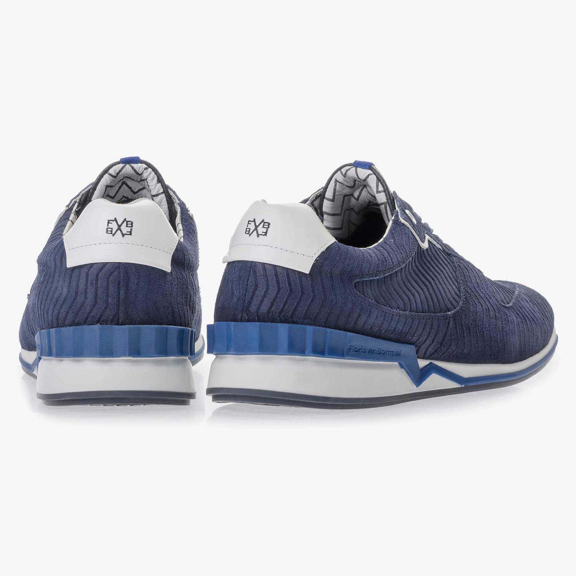 Donkerblauwe suède sneaker met zigzagprint