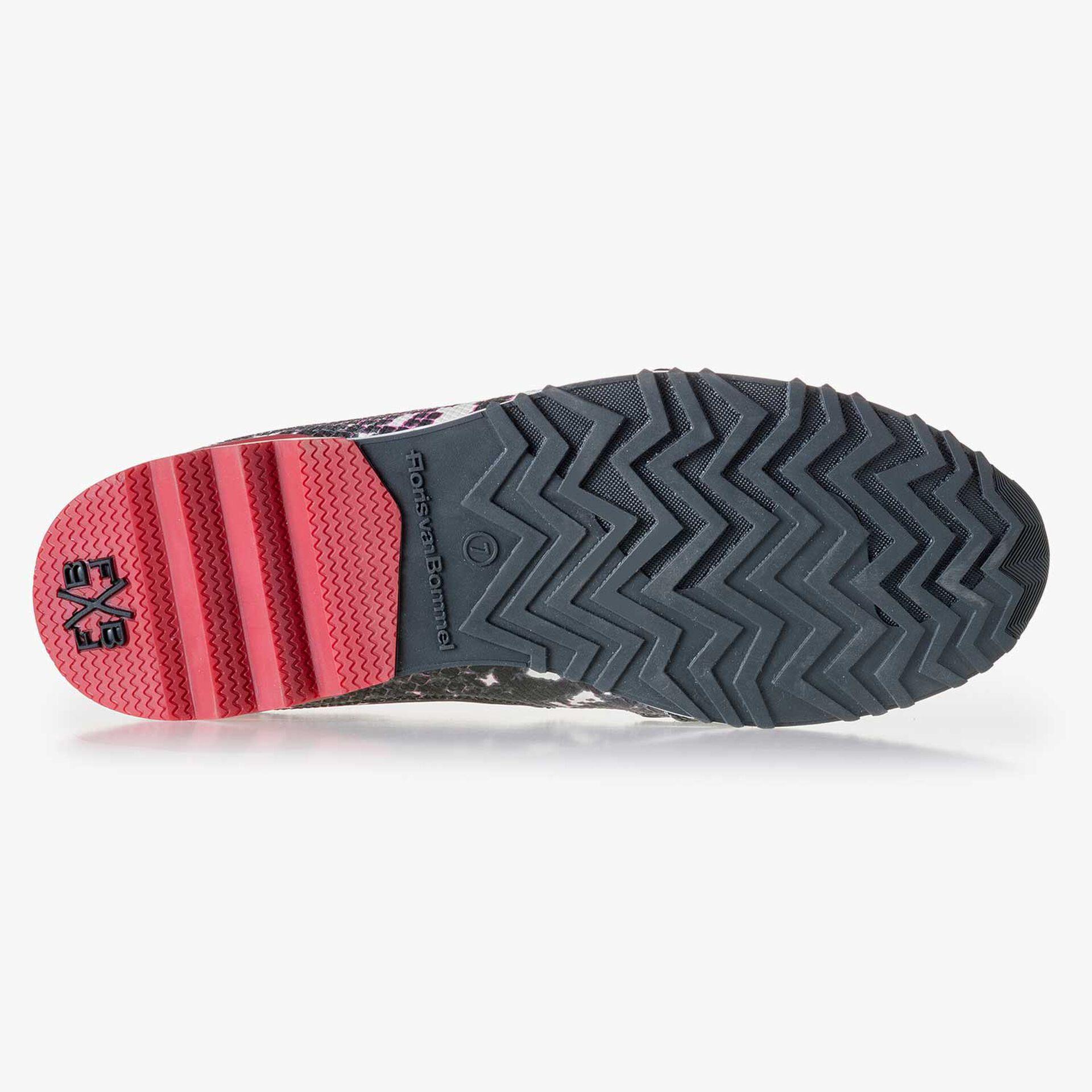 Witte leren sneaker met zwarte snakeprint