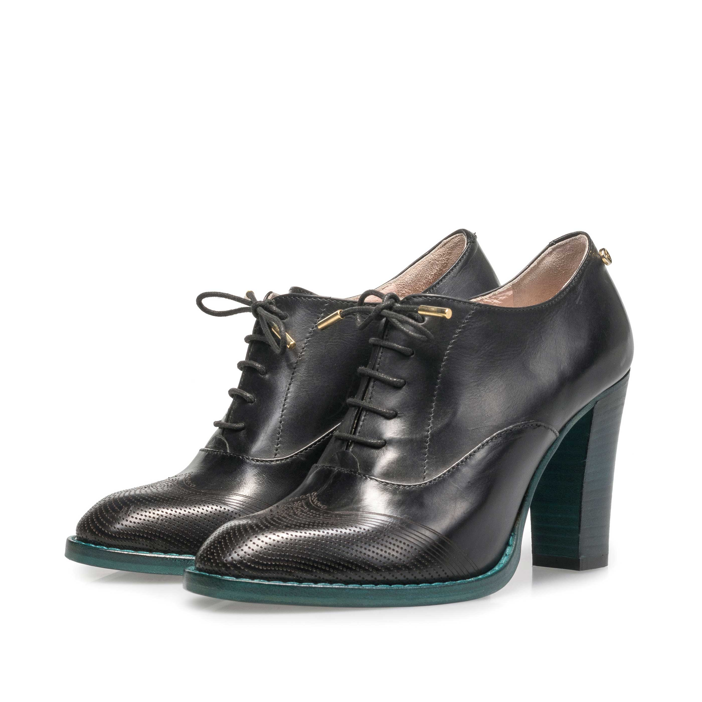 85810/00 - Black calf leather heeled derby