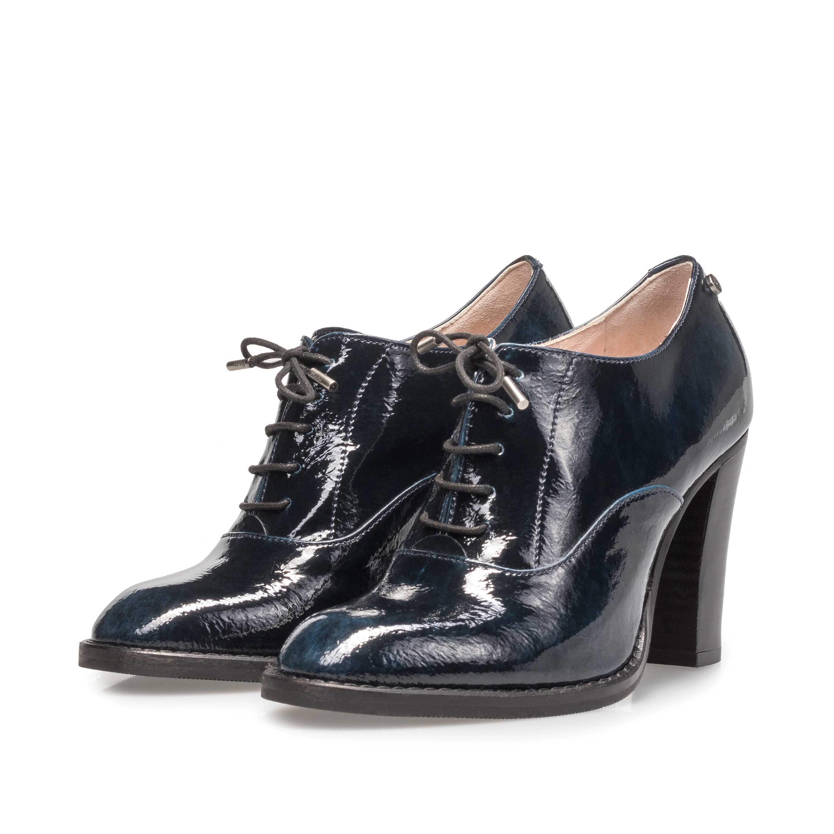 85816/01 - Blue patent leather heeled derby